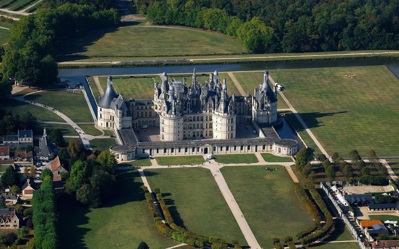 Замок Шамбор был выстроен как крепость вокруг замка был прорыт ров и заполнен водой.jpg