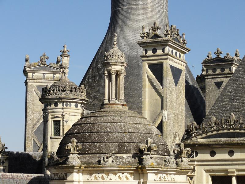 Флер де Лис на портиках фасада замка Шамбор.jpg